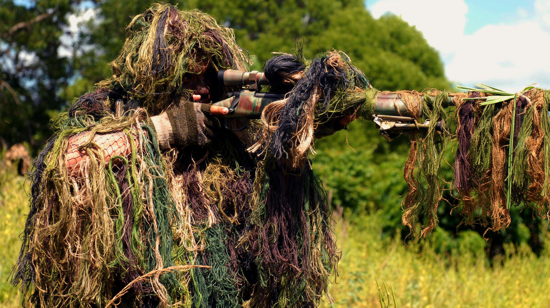 Солдат и член в лесу 9 фотография